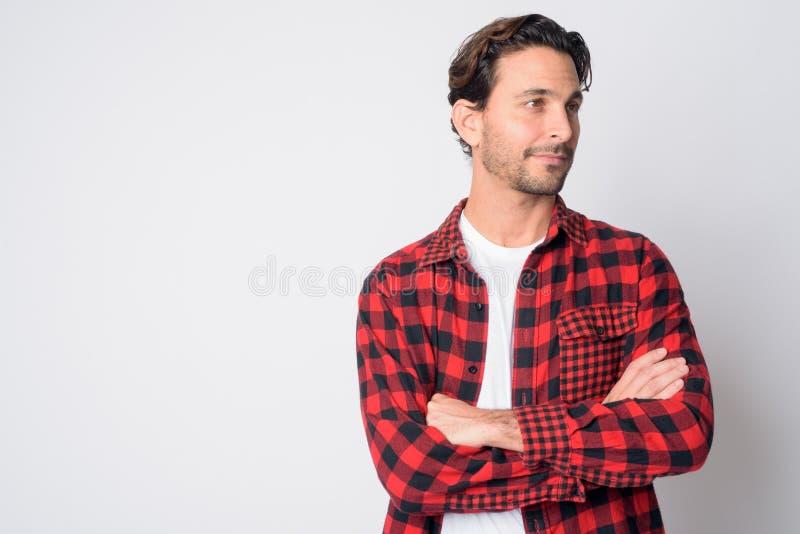 Portrait des gut aussehenden Hispanic Hipster-Menschen, der mit den Armen gekreuzt stockfotografie