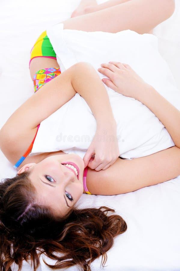 Portrait des hohen Winkels einer glücklichen Frau mit Kissen lizenzfreie stockfotos