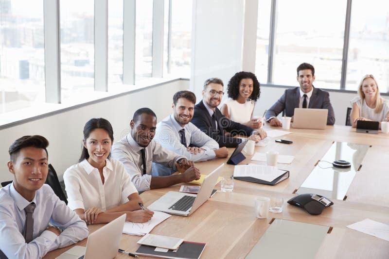 Portrait des hommes d'affaires autour du Tableau de salle de réunion images libres de droits