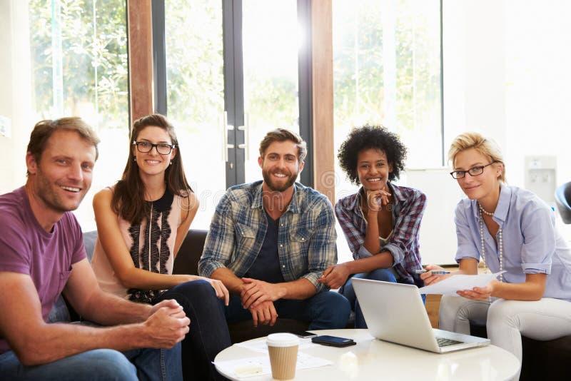 Portrait des hommes d'affaires ayant la réunion informelle dans le bureau photos stock