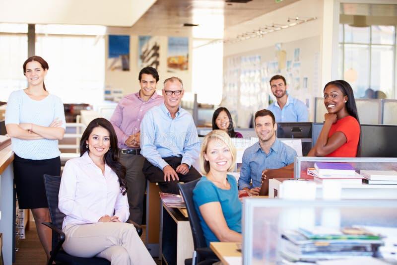 Portrait des hommes d'affaires dans le bureau ouvert moderne de plan image stock