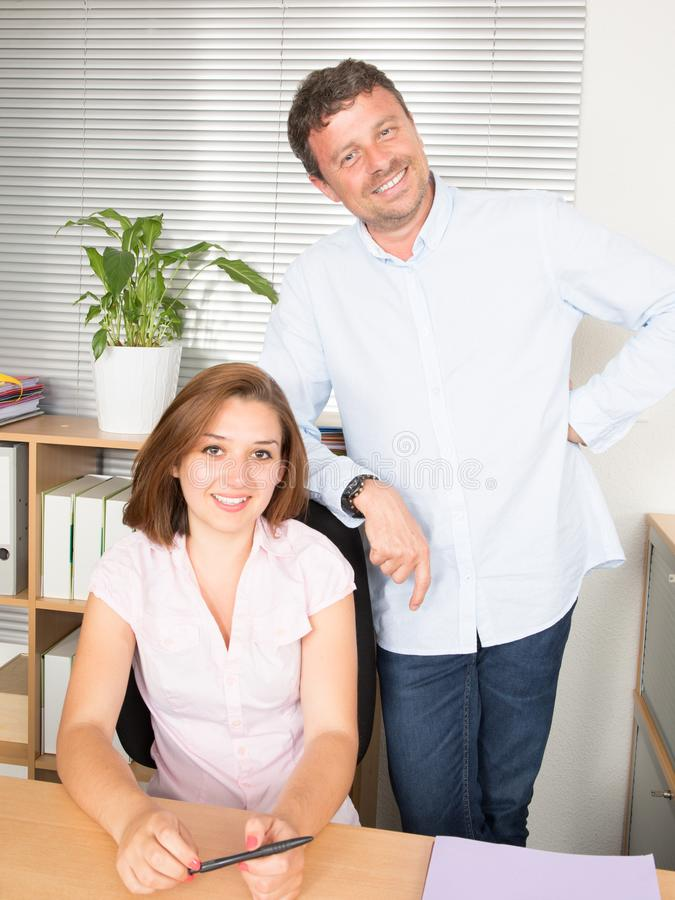 Portrait des hommes d'affaires de couples travaillant à la société photos stock