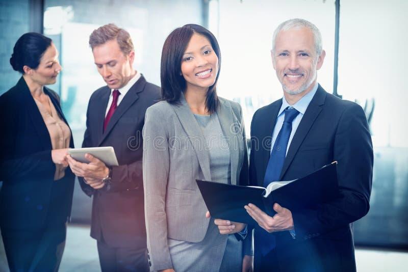 Portrait des hommes d'affaires heureux avec un dossier image libre de droits