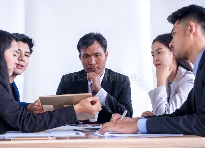Portrait des hommes d'affaires multiraciaux faisant un brainstorm lors de la r?union photographie stock