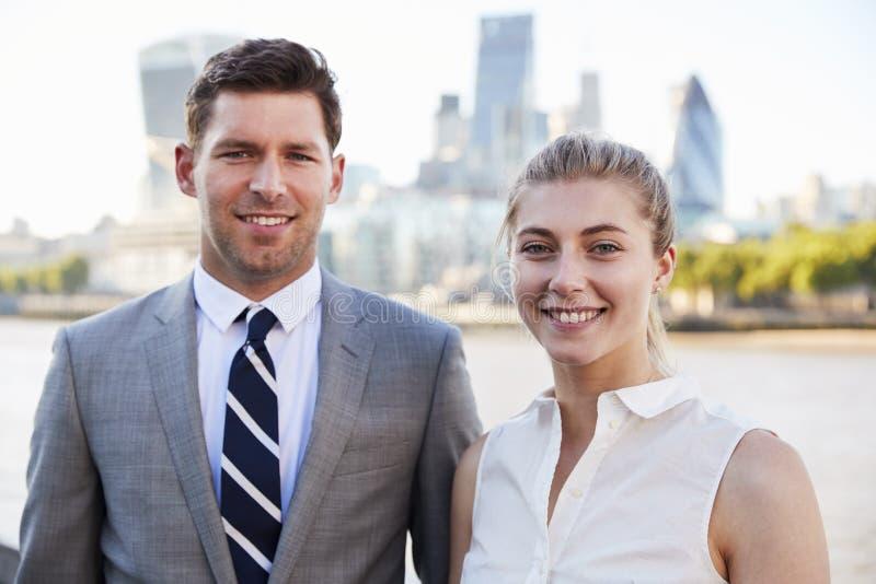 Portrait des hommes d'affaires se tenant prêt la Tamise à Londres photo libre de droits