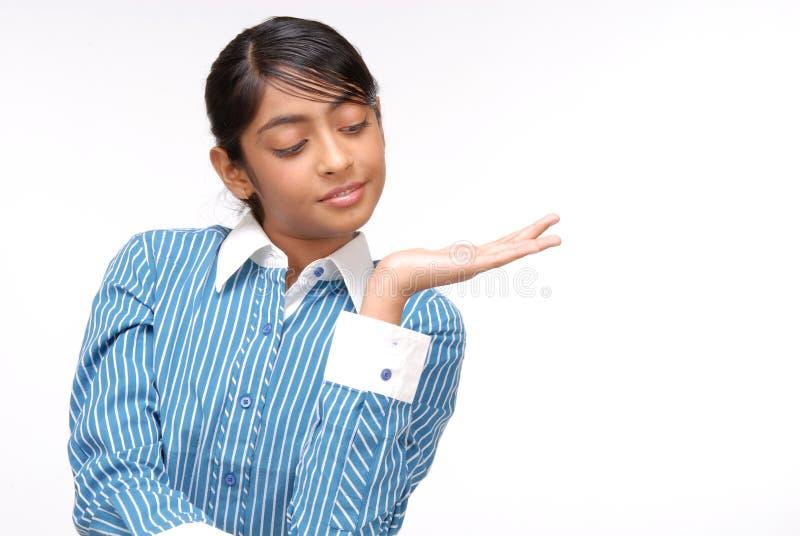 Portrait des indischen Mädchens etwas zeigend stockbilder