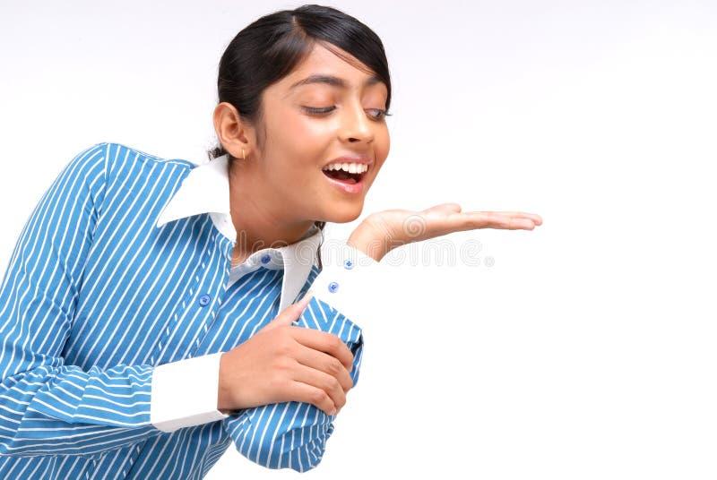 Portrait des indischen Mädchens etwas zeigend stockfoto