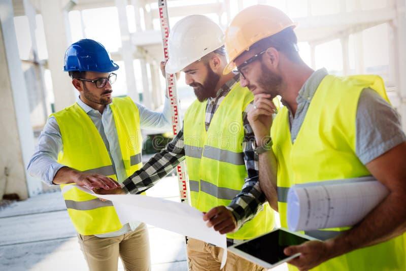 Portrait des ingénieurs de construction travaillant au chantier photo libre de droits