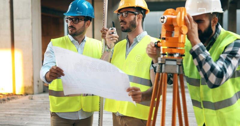 Portrait des ingénieurs de construction travaillant au chantier photos stock