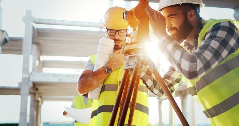 Portrait des ingénieurs de construction travaillant au chantier photographie stock