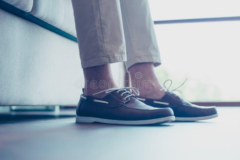 Portrait des jambes avec les chaussures modernes et à la mode du ` s d'hommes avec le shoel photos libres de droits