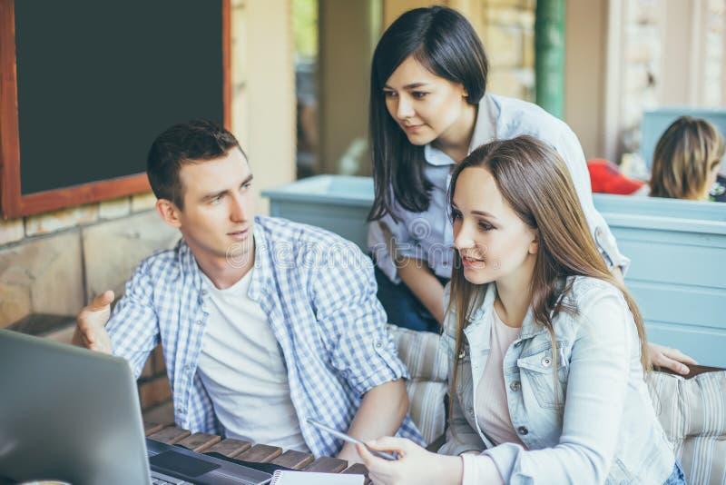 Portrait des jeunes heureux lors d'une réunion Jeunes concepteurs travaillant ensemble sur un projet créatif image libre de droits