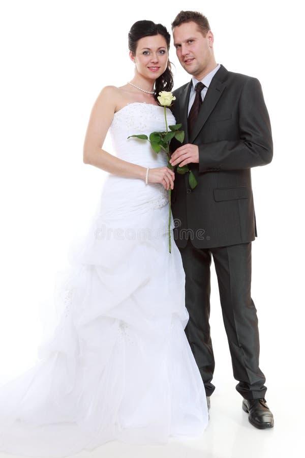 Portrait des jeunes mariés heureux sur le fond blanc photos libres de droits