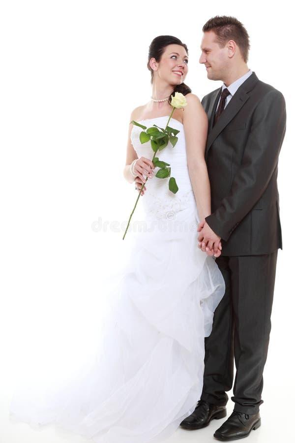 Portrait des jeunes mariés heureux sur le fond blanc photo libre de droits