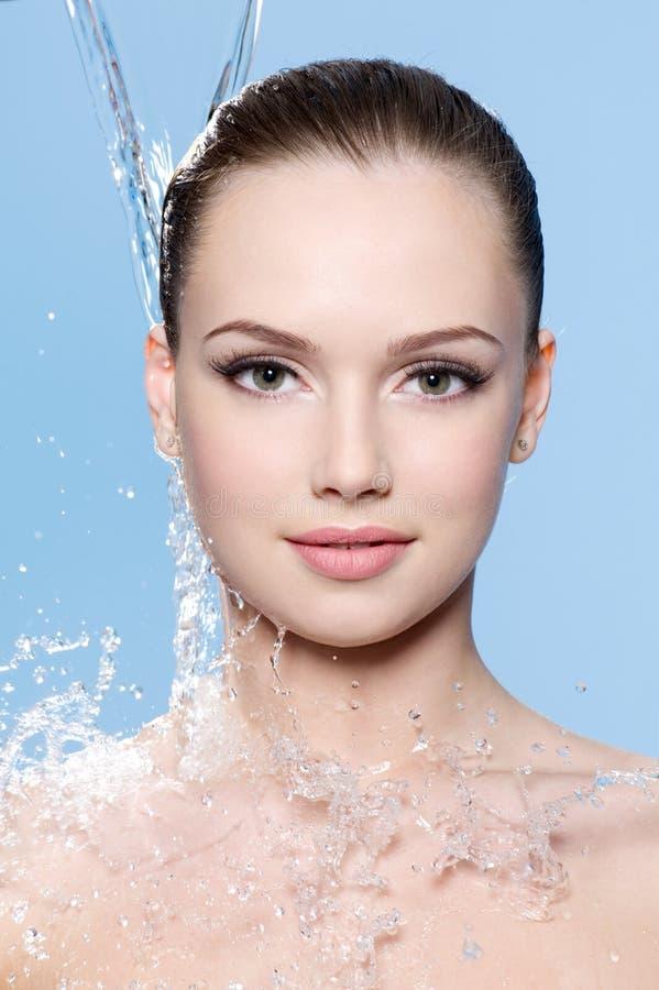 Portrait des jugendlich Mädchens der Strom des Wassers stockbild