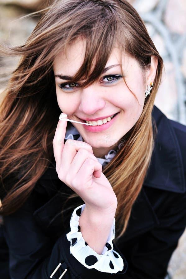 Portrait des jugendlich Mädchens mit Kaugummi stockfotos