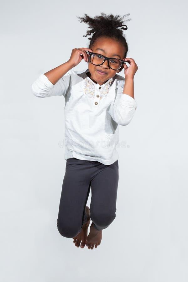 Portrait Des Jungem Afroamerikanermädchenspringens Lizenzfreies Stockfoto