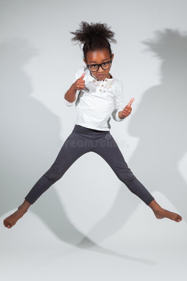 Download Portrait Des Jungem Afroamerikanermädchenspringens Stockbilder - Bild: 27465414