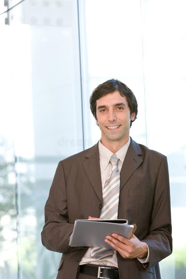 Portrait des jungen überzeugten Geschäftsmannes im Fokus lizenzfreie stockfotos