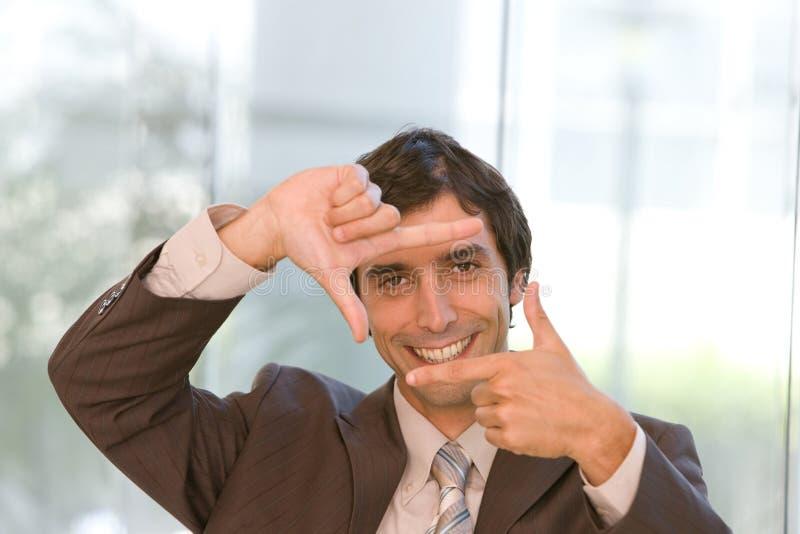 Portrait des jungen überzeugten Geschäftsmannes im Fokus stockfotos