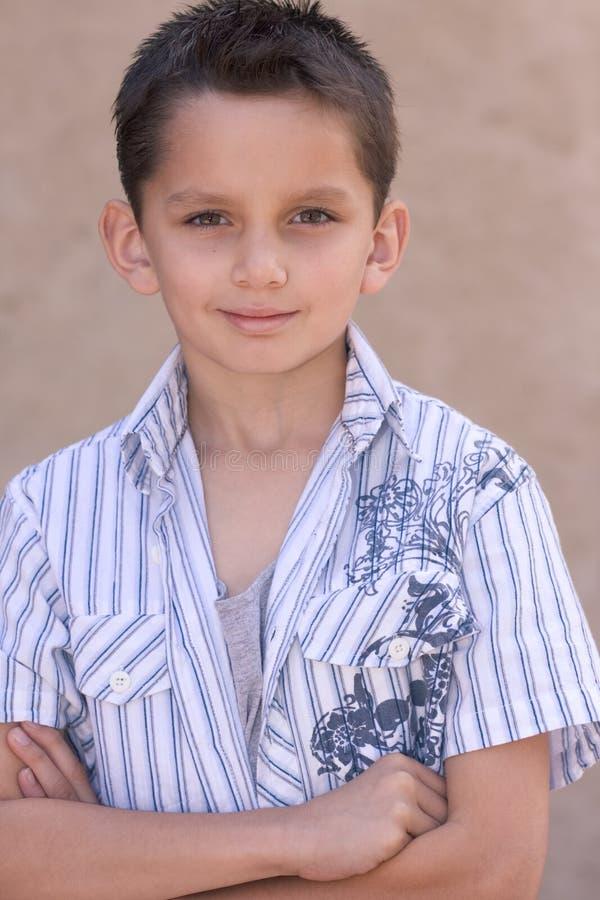 Portrait des jungen biracial Jungen mit dem kurzen Haar lizenzfreies stockbild