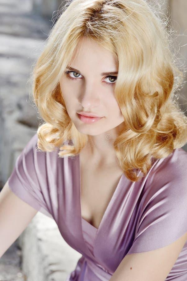 Portrait des jungen blonden Mädchens stockfotos