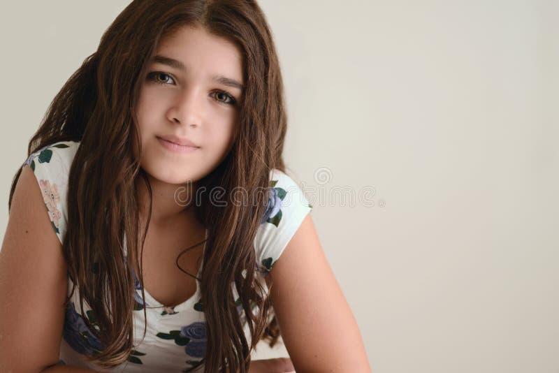 Portrait des jungen Brunettemädchens stockbild