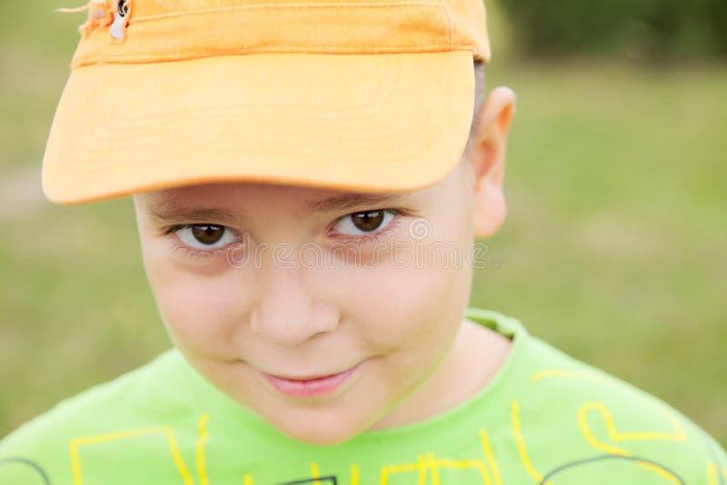 Portrait des Jungen in der gelben Schutzkappe stockbilder