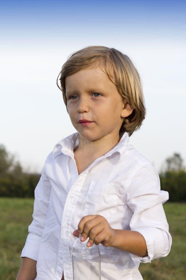 Download Portrait Des Jungen Jungen Draußen Stockbild - Bild von grün, gesund: 26359507