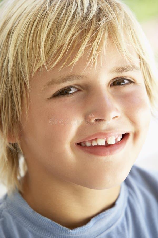 Portrait des jungen Jungen-Lächelns lizenzfreie stockbilder