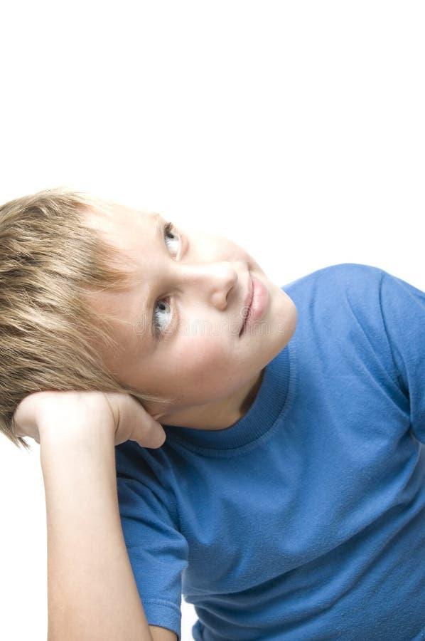 Portrait des jungen Jungensitzens lizenzfreie stockbilder