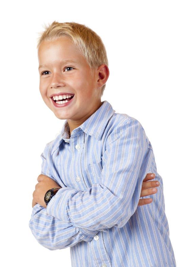 Portrait des jungen lächelnden Jungen mit den gekreuzten Armen stockfotos