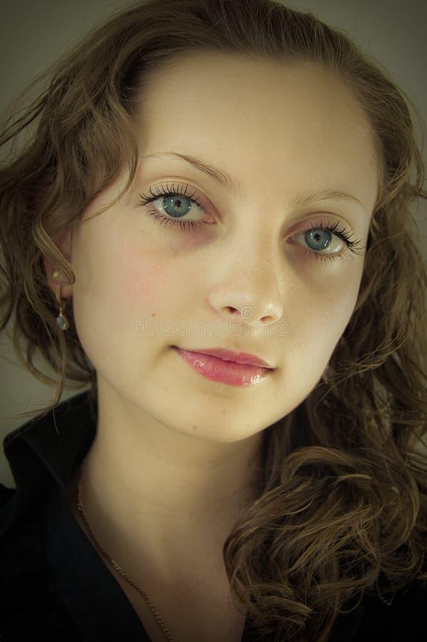 Portrait des jungen lächelnden Mädchens lizenzfreie stockbilder