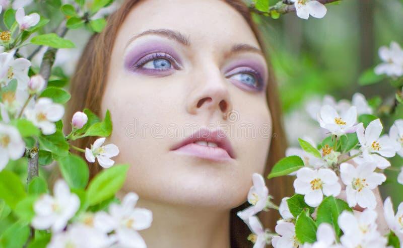 Portrait des jungen Mädchens im Apfelobstgarten lizenzfreies stockfoto