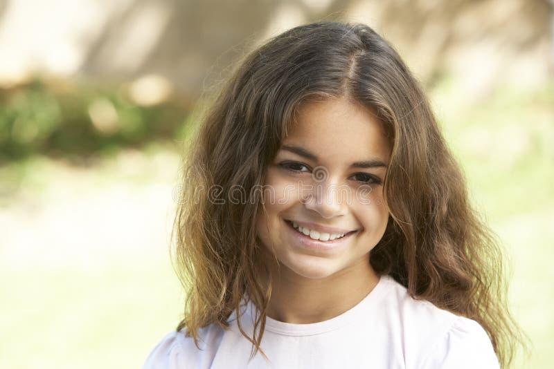 Portrait des jungen Mädchens im Park stockfoto