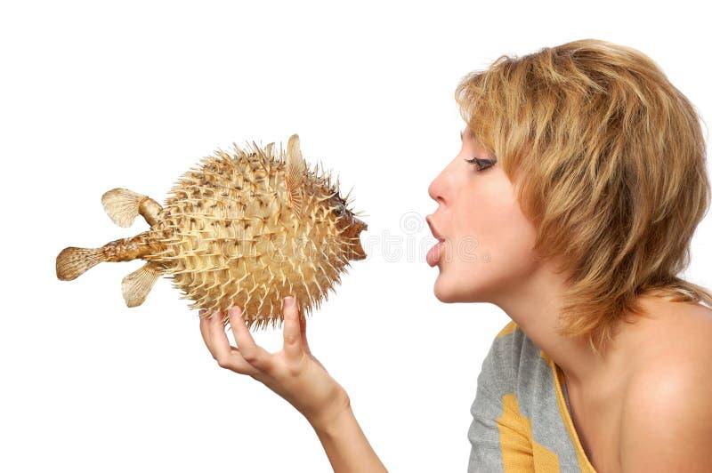 Portrait des jungen Mädchens mit Fischen stockfoto