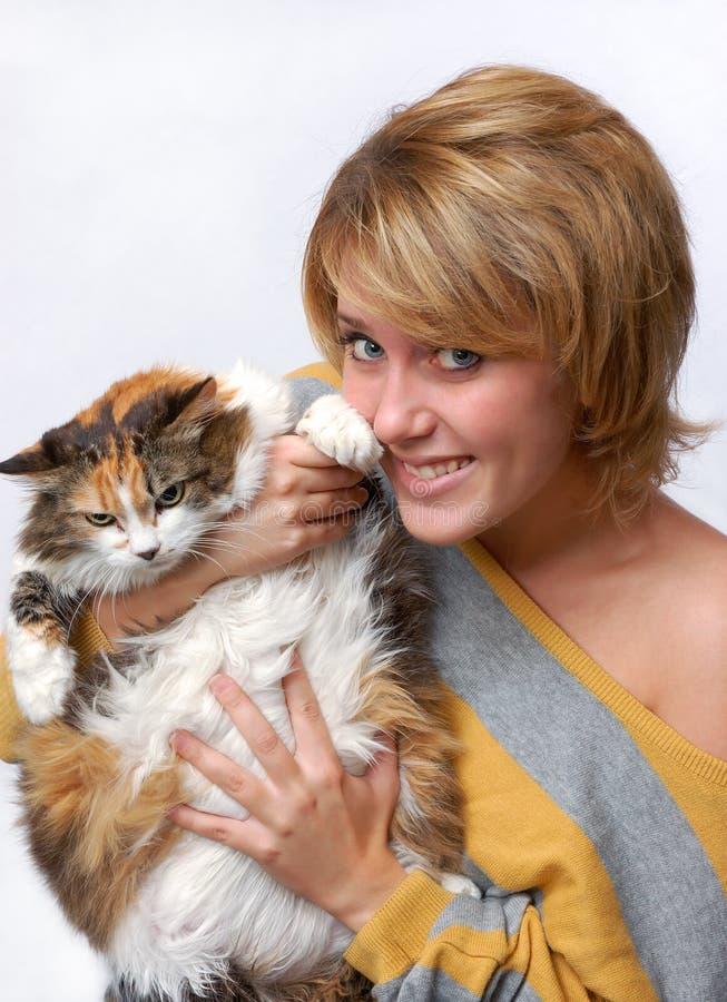Portrait des jungen Mädchens mit Katze lizenzfreie stockfotos