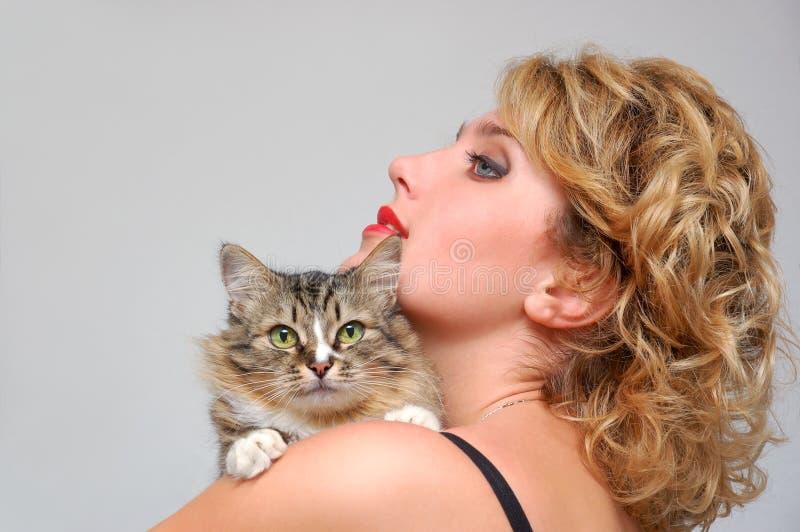 Portrait des jungen Mädchens mit Katze lizenzfreies stockfoto