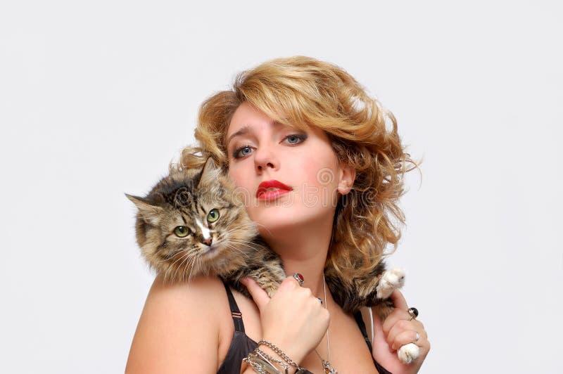 Portrait des jungen Mädchens mit Katze stockfotografie