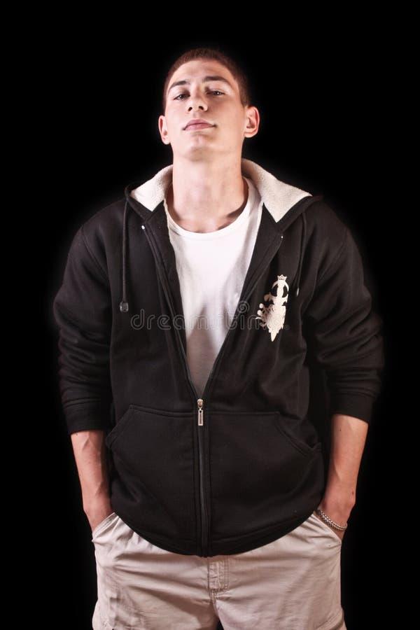 Portrait des jungen Mannes auf Schwarzem lizenzfreie stockfotos