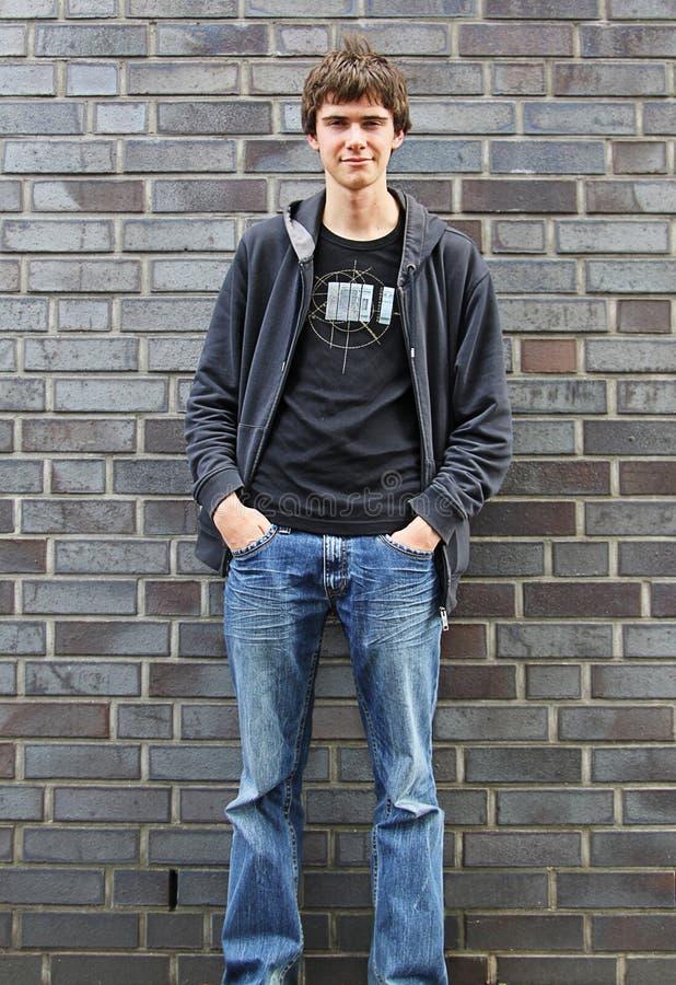 Portrait des jungen Mannes, der an einer Wand 1 steht stockfotos