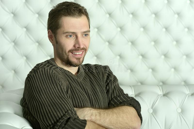 Portrait des jungen Mannes entspannend auf Sofa stockbild