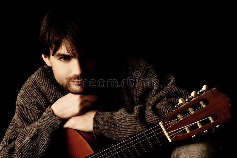 Portrait des jungen Mannes mit Gitarre lizenzfreie stockfotografie