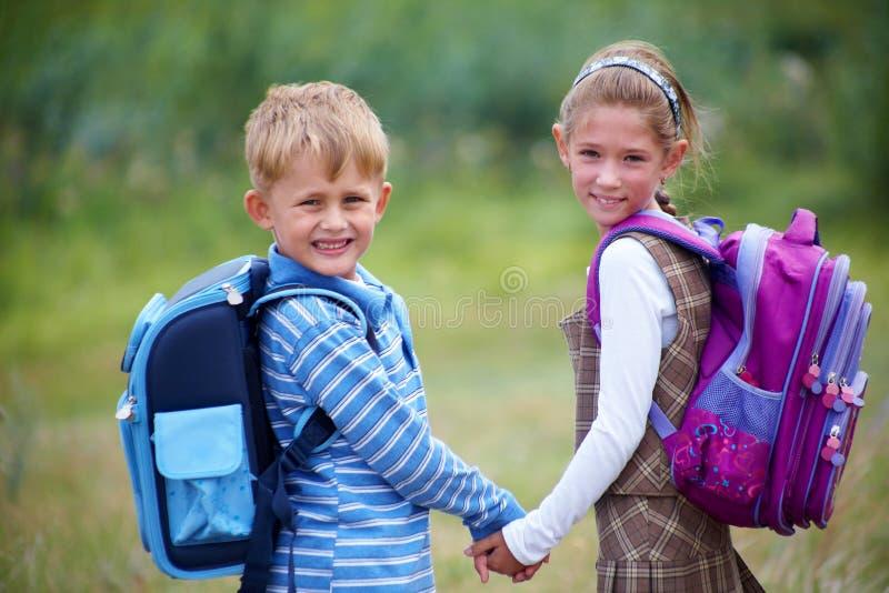 Portrait des Jungen mit Mädchen stockbild