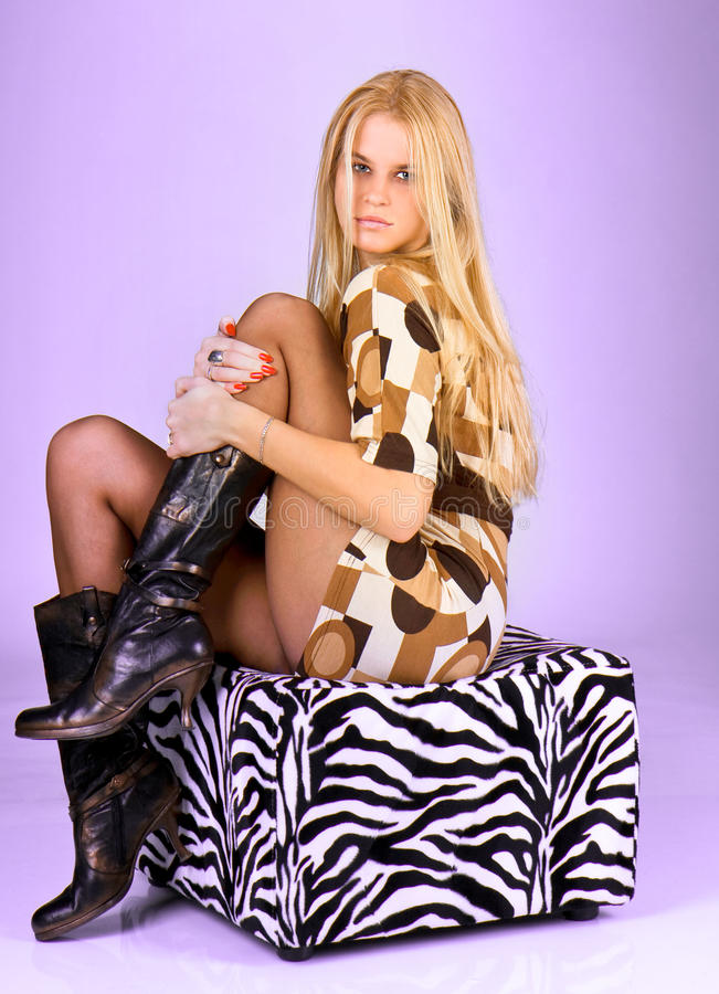 Portrait des jungen schönen Fraueneinflußes ein Fahrwerkbein stockfotografie