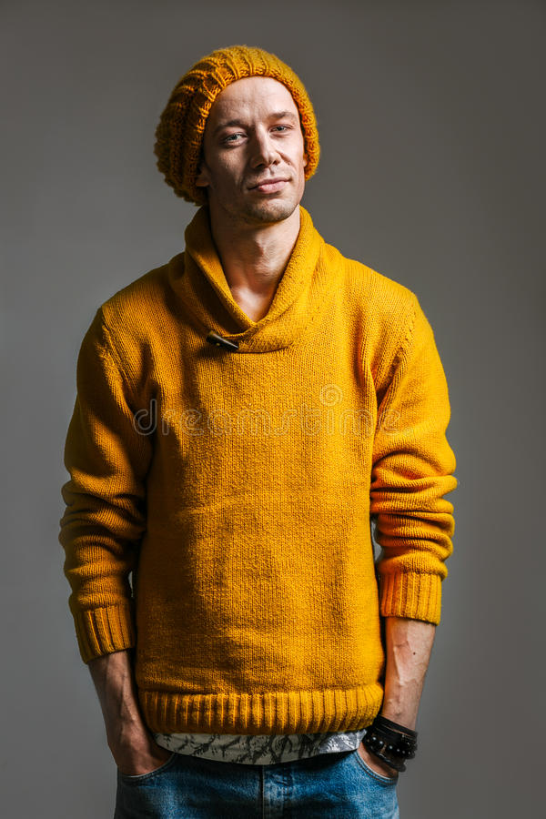 Portrait des jungen stattlichen Mannes lizenzfreie stockfotos