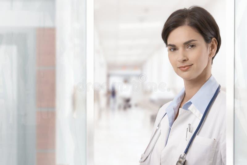 Portrait des jungen weiblichen Doktors stockfotos