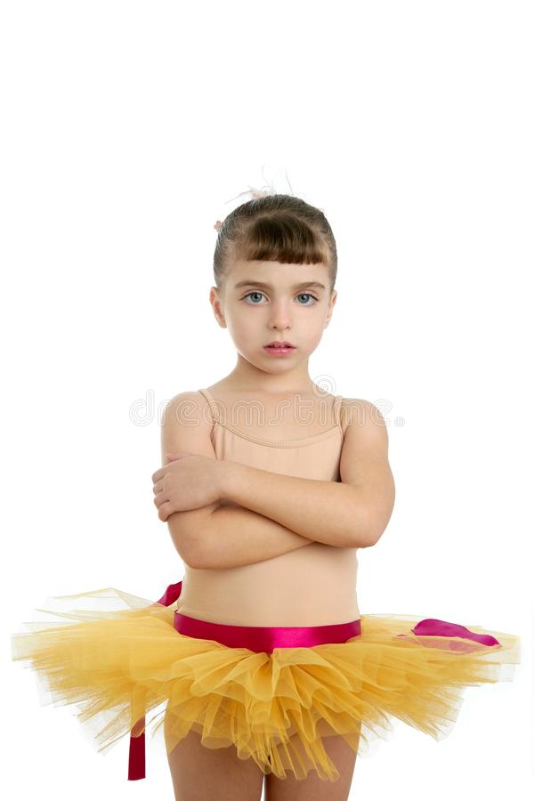Portrait des kleinen Mädchens der Ballerina, das am Studio aufwirft stockfotos