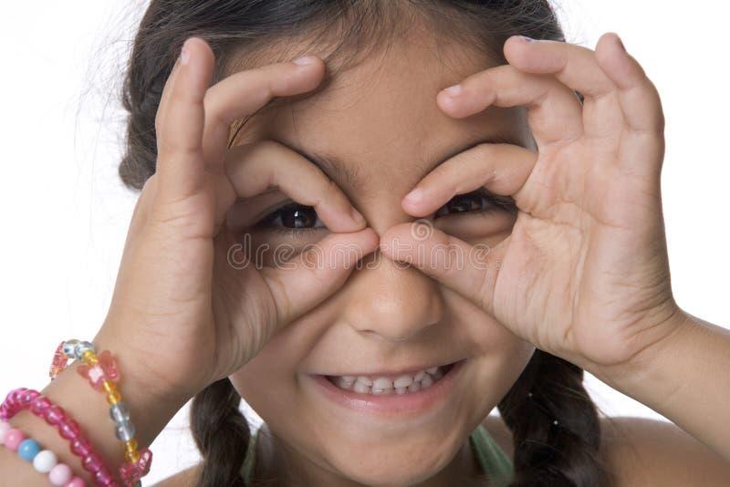Portrait des kleinen Mädchens ist, das Gläser für bildet stockbild