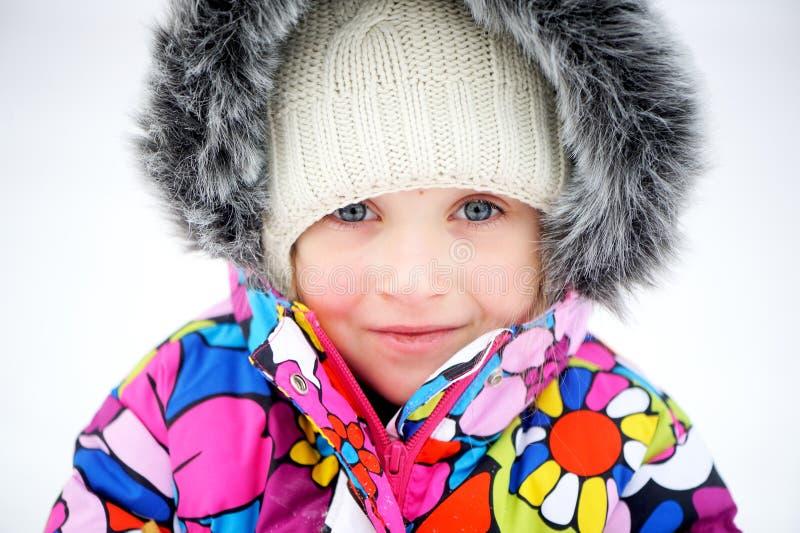 Portrait des Kleinkindmädchens im bunten Snowsuit lizenzfreies stockbild